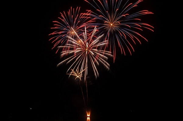 Feuerwerk vom Wasser geschossen